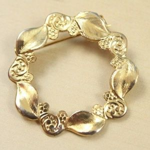Vintage 80s Gold Tone Leaves Wreath Holiday Pin